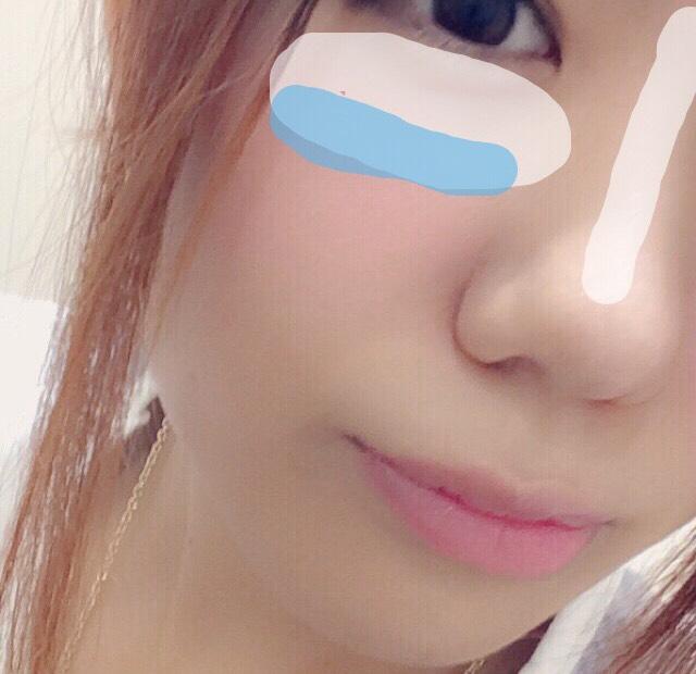 【白】ANNA SUIのハイライトのラメ部分(左上、中央)を少し筆にとりのせる。×2回 【青】最後にのせたチークの上に青、紫部分を少しのせてチークに青みを持たす。