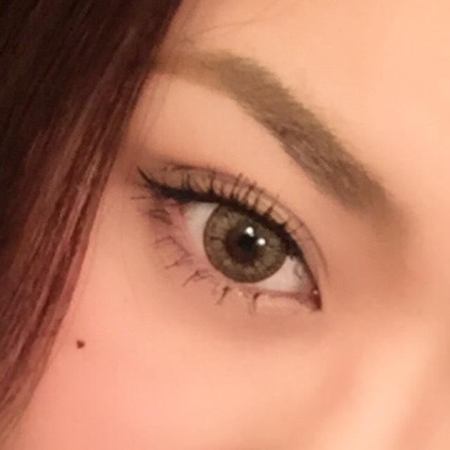 眉毛は眉頭~眉山までまっすぐなるように書きます 眉山は角張った感じに 眉頭より眉尻の方が気持ち上にあるぐらいが印象が締まります