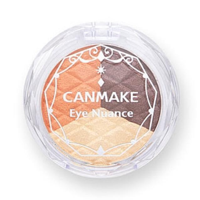 アイシャドウのいちばん薄い色をアイホール全体にさっと塗り、オレンジ色を目頭〜黒目まで薄く入れます。
