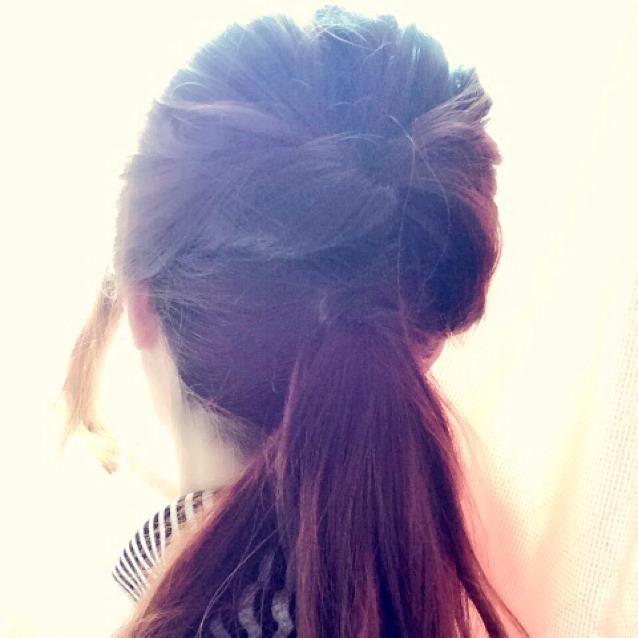 ついでに髪型も。ハーフアップしてくるりんぱしたあと、全ての髪をその下でポニーテールにします。 ゴムが隠れるように髪結び目に巻きつけて、ほどよく崩して完成です。