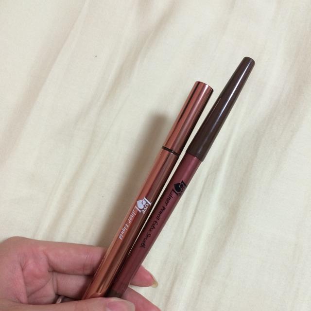 ペンシルアイライン(茶)でまつげの隙間を埋めた後、リキッドでタレ目になるようにアイラインを引きます。 リキッドアイライナーはピンクブラウンぽい色を使います。