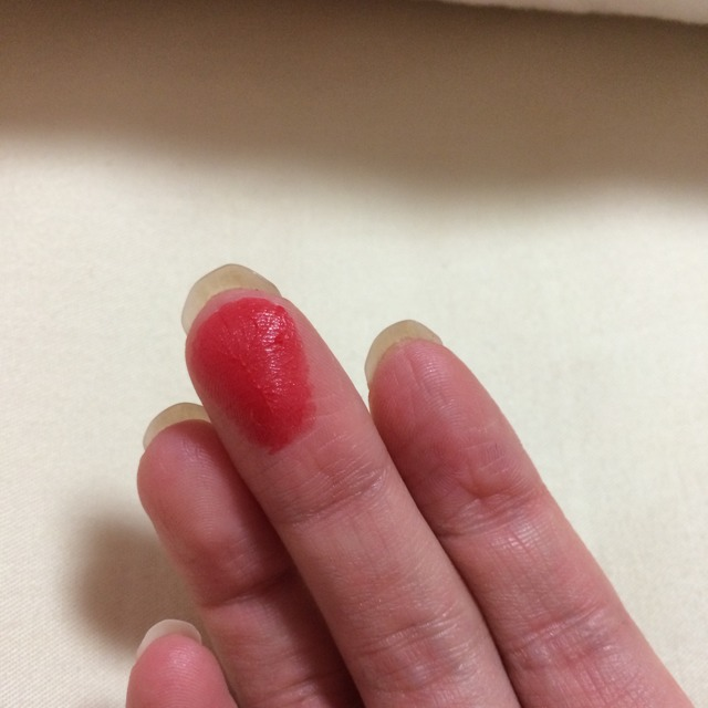 リップメイクは、写真のように指に赤リップをとって、トントントンと置くように色を乗せてください。