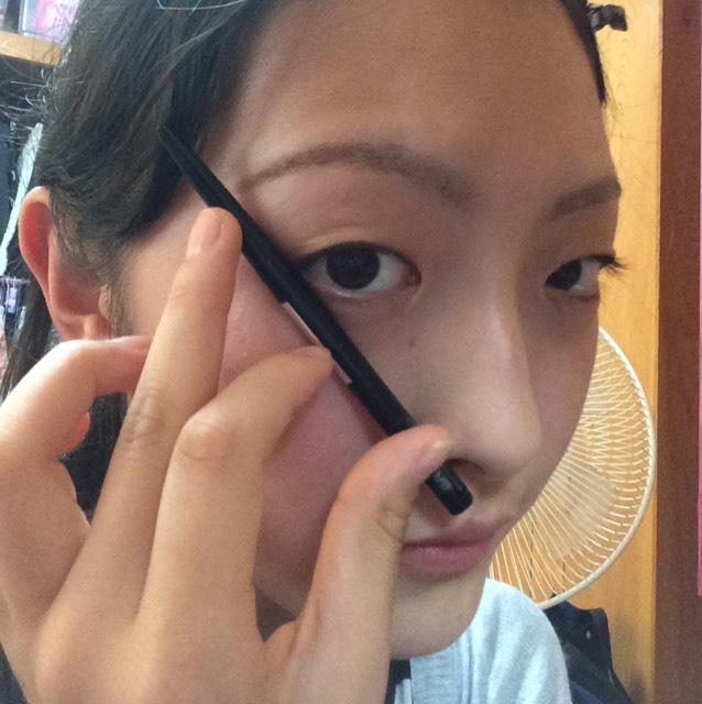 次に眉毛を描いていきます!眉尻だけペンシルで描きます!眉尻は小鼻と目尻の延長線上まで伸ばすと綺麗な眉毛になります!眉頭の方からケイトの1番上の濃い色で軽く隙間を埋めていきます!