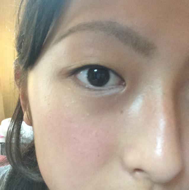 白のアイライナーで粘膜を目頭から2分の1ぐらいまで引いていき、涙袋のところには写真のように引いていきぼかします!