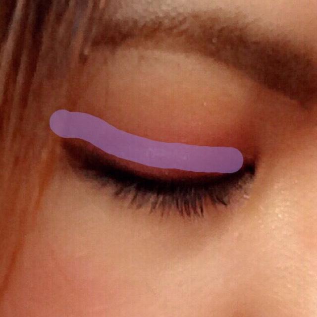 Luvshucaの紫をのせます。思いきって濃いめに行きましょう♡  目を開けたとき、二重幅に紫がしっかり見えるように。