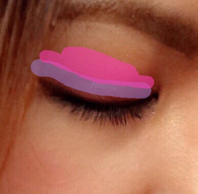 紫の境目をDiorの淡いピンクでぼかします。細かいラメが繊細なメイクに見せてくれます。