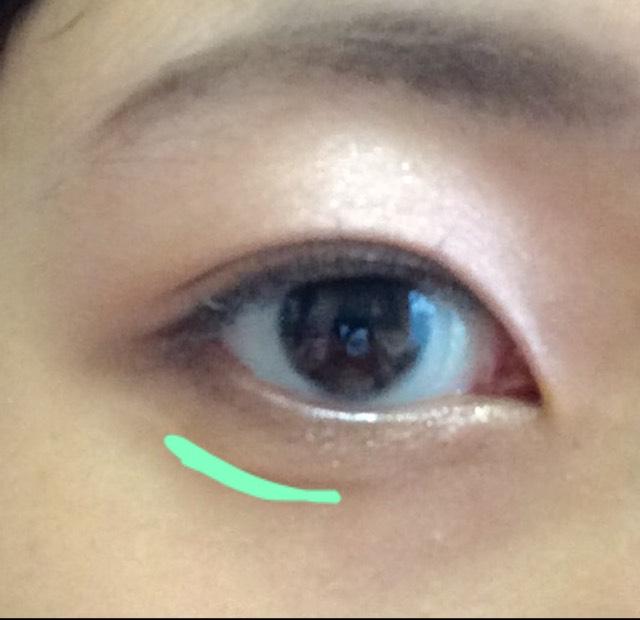 黒目の中央からから外側だけに、アイブローパウダーの真ん中の色で線を引いて涙袋を作ります。 目頭から線を引くよりもナチュラルになります(^^)