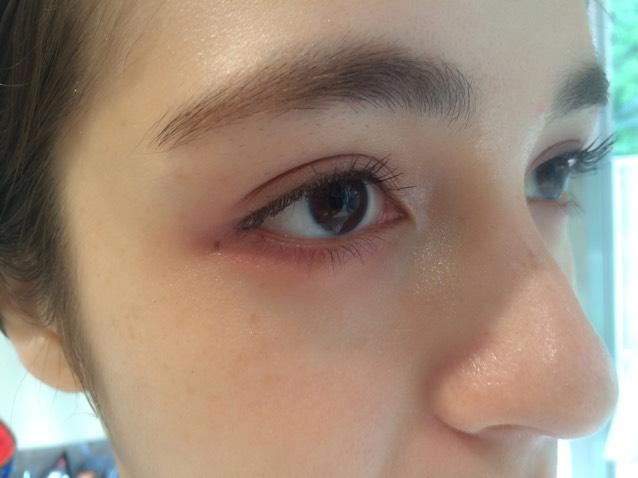 ③目の下にチークを  今回のポイントでもある『目の下チーク』 練りチークを繊細に目の下(目尻側)にいれます! この場所に入れることで「あどけない表情」を作ることができます♪