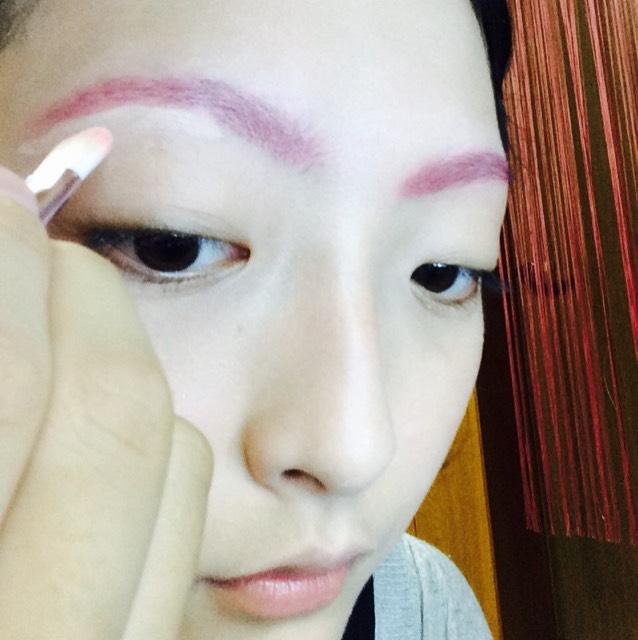 その後ピンクのチークを上から重ねた後、コンシーラーをブラシにとって、眉毛の輪郭をはっきりさせていくために輪郭を囲みます!