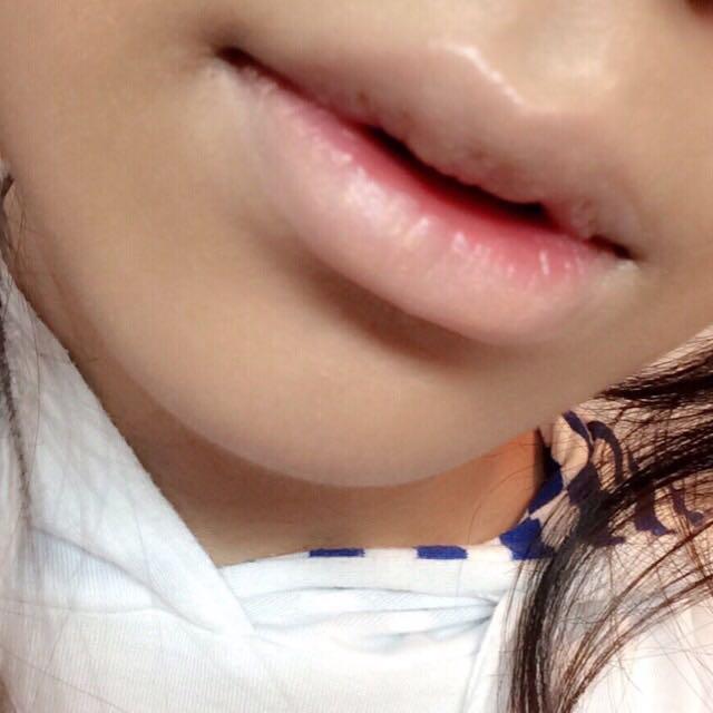 唇全体を肌の色に近いコンシーラーで消して行きます。
