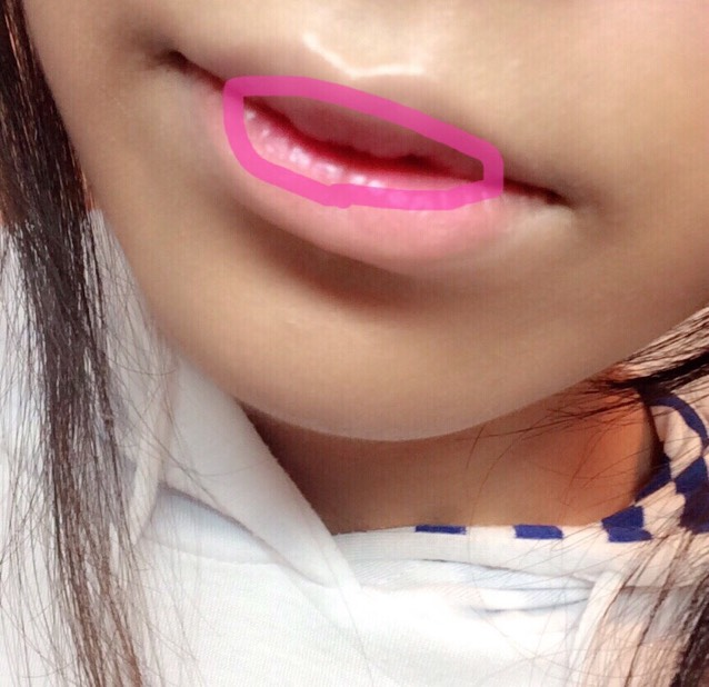 唇の内側(ピンクで囲んだ部分)をANNA SUIのピンクで塗っていきます。  淡いピンクがおすすめです。