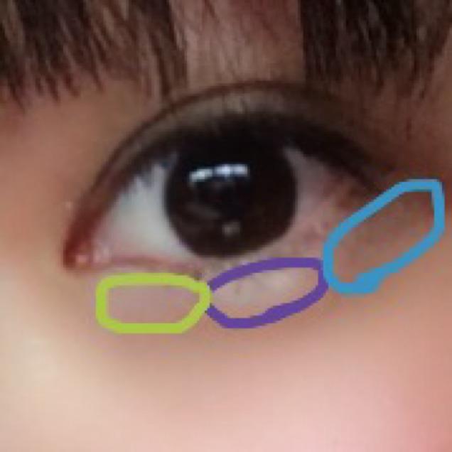 涙袋は小さいパレットの白を中央、少しピンクっぽいのを左、茶色を右に入れます。
