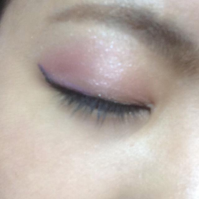 目尻にLavshucaの単色の紫を、指でぽんぽんと優しくのせます。  これは腫れぼったくならない程度に優しく優しく。