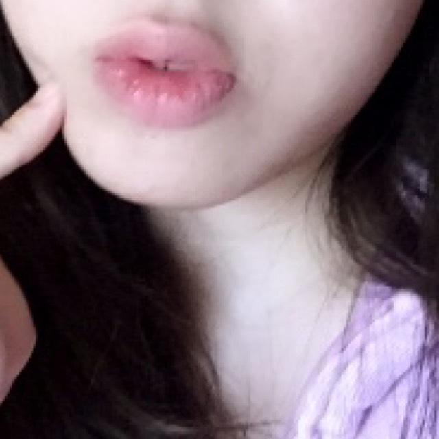コンシーラーでまず唇の輪郭を消し、 内側だけにグロスをつける。