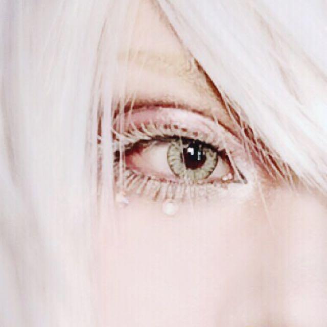 上下それぞれノリでつけたらマジョマジョの下地→白のラメシャドー→ベビーパウダーの手順を2、3回繰り返しボリュームを出します シャドーとパウダーはブラシでパタパタ乗せました 立体感を出すために瞼中央から目頭側にくの字に白またはアイボリー系のシャドーを乗せます