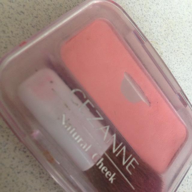 アイホール全体に薄いピンクのチークを塗る