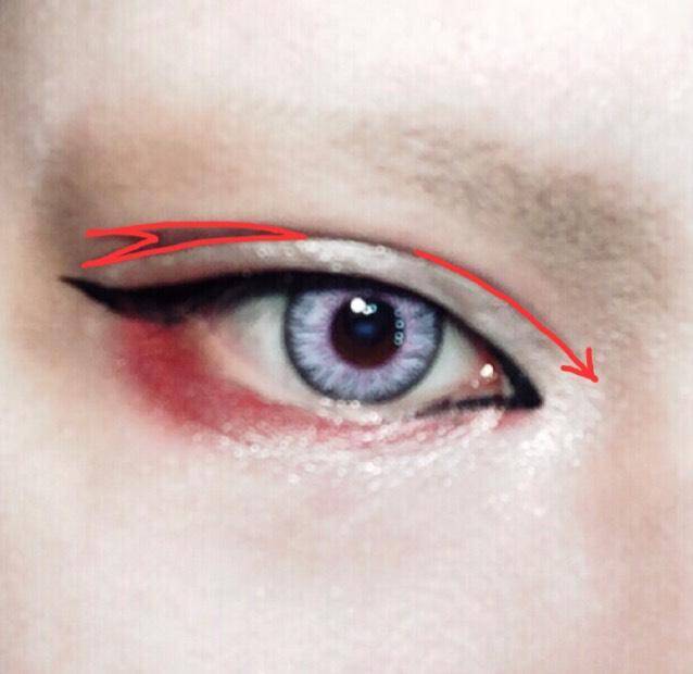 コスメに乗せたリキッドアイブロウでアイプチの位置にダブルラインを書く。ポイントは立体感を出すために目尻側を枝分かれさせて画像のペイントで描いた図のようなイメージで。 目頭側は切開ラインより少し内側までオーバーに書くと目の距離が近くなりハーフっぽくなります