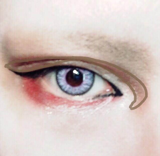 ブラウンシャドーで画像の様にダブルラインをなぞる 目尻側と目頭側を、影をつけるように気持ち太くぼかして、目頭側はリキッドで描いたラインよりさらに内側に、白シャドーをCの字に囲む様にカーブさせる