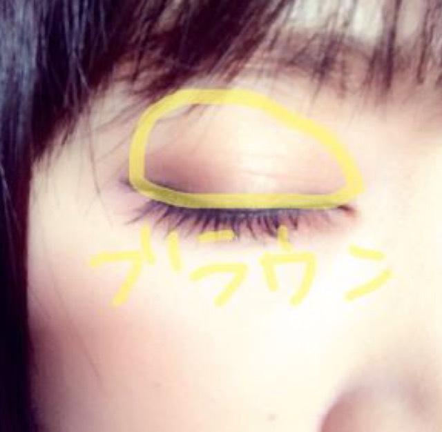 オレンジ系のブラウンを瞼にぬります