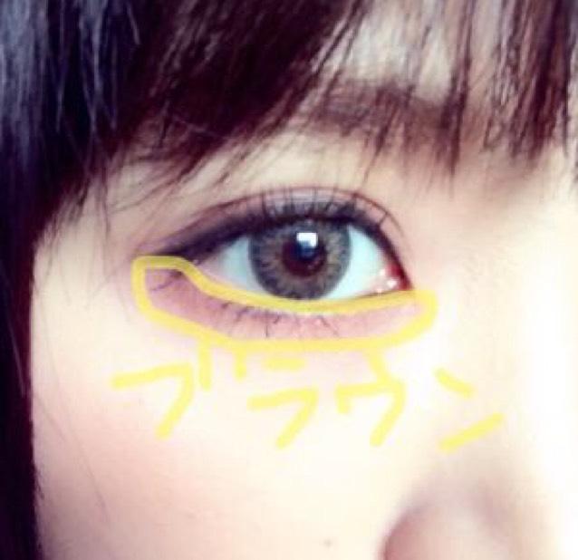 瞼に使ったブラウンで涙袋をぬります。目頭までしっかりぬります