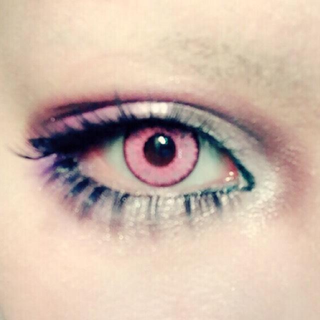 カラーメイクということで上瞼にピンクと紫を混ぜたシャドー、下まぶた目尻にワントーン濃い紫シャドーを塗る。それ以外は前回のアイメイク方とほぼ同じで、今回は普通に黒い付けまつげを使いました。