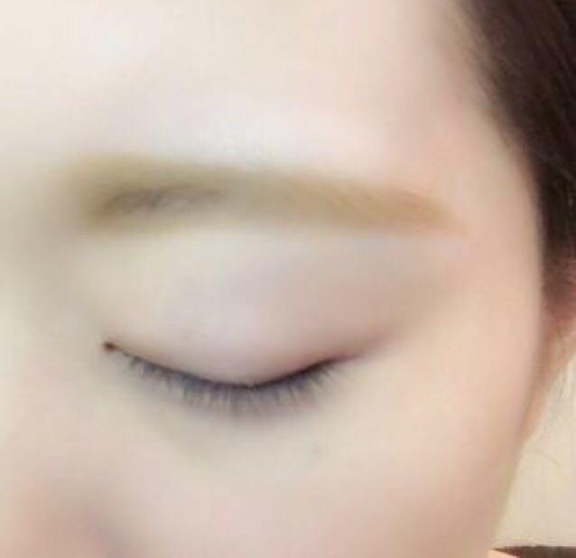 パウダーアイブロウで毛と毛の間を埋める  ペンシルアイブロウで眉毛の下に描き足し目と眉毛の間を近づけて、太く平行な眉毛にする  眉マスカラを塗る