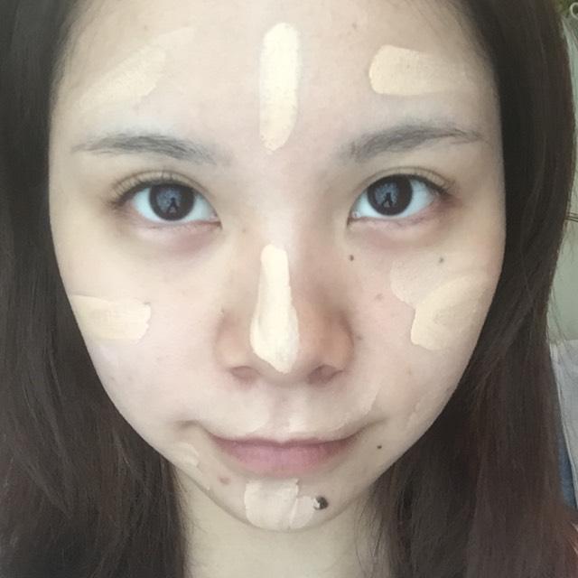 リンメルのCCクリームを顔に何箇所に分けておき、薄くのばしていきます。