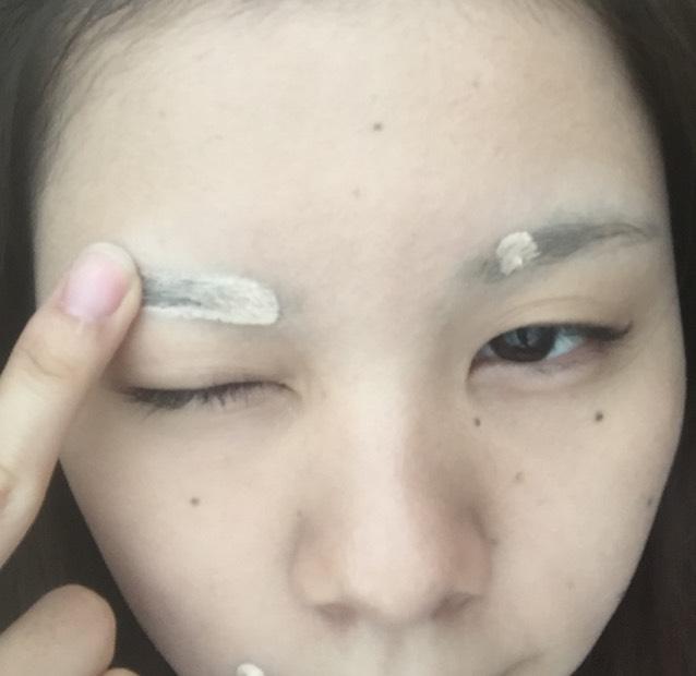 レブロンのコンシーラーで、気になるニキビ跡などを消し、眉毛全体にもコンシーラーを塗ります。