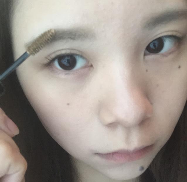 眉マスカラ(髪よりまあまあ明るめ)を毛の向きと逆にブラシでとかしていきます。