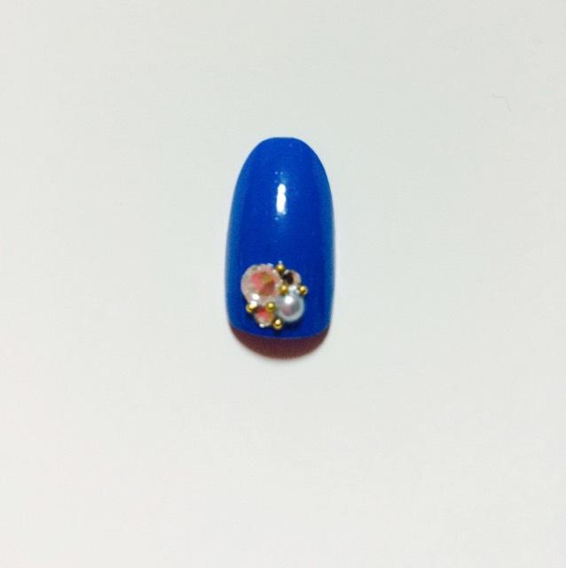 親指は、ブルーの単色を塗って、パールとストーンと、ゴールドの小ちゃいやつを間に入れてまーす!