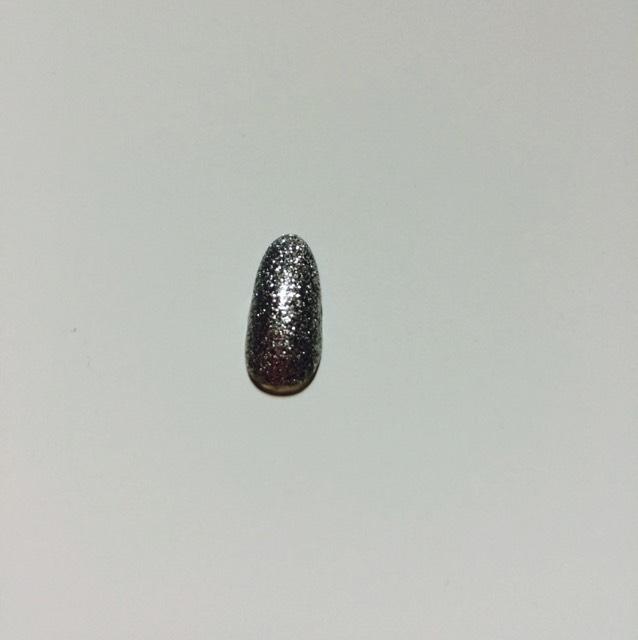 小指は、普通のシルバーラメのネイルだけだと綺麗に埋まらないので、シルバーの色のネイルを軽く塗ってからラメのネイルを2度塗りしてます!