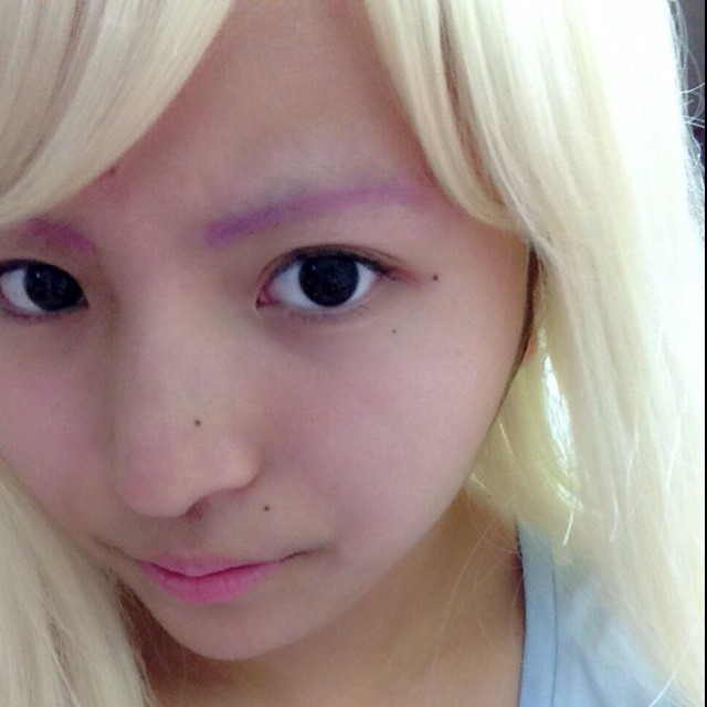 メイクスタート! 眉毛をアイシャドウでピンクにします。