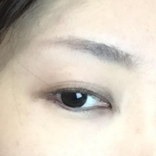 眉は眉頭から。薄い茶でノーズシャドウのラインに繋がるよう書きます。 眉尻は少し弧を描くように。まっすぐだと男の子っぼくなります。 中心に一番濃い色をぽんぽんと乗せます。