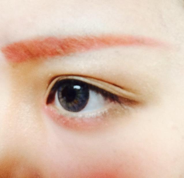 眉毛は完成ですw 目元はこんな感じにシャドウを塗ってます。