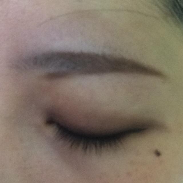 次は、眉の下の部分から眉尻に繋げるように形を描いていく。しっかり描きすぎると不自然になるので指でぼかしながら。