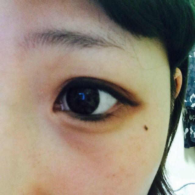 黒目の下にアイラインです。これをすることで黒目がおっきく見えます。 (失敗してめちゃくちゃ濃くなりました…)