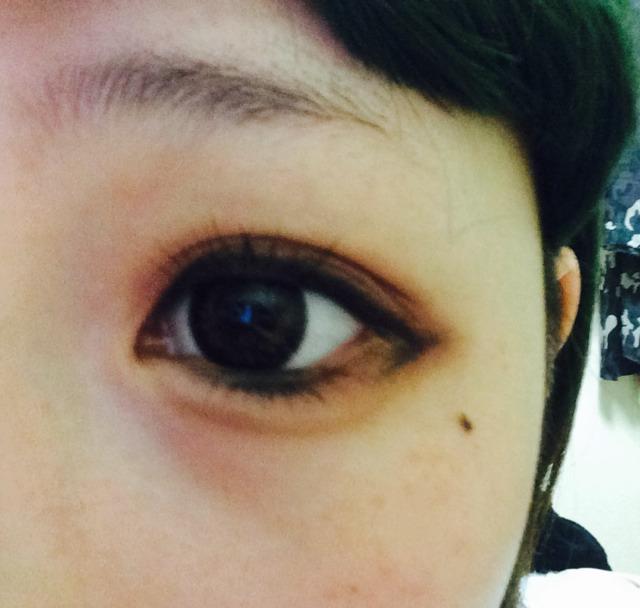 目尻のアイラインです。 目の輪郭をオーバー書くように引きます。 3mmくらいですかね。