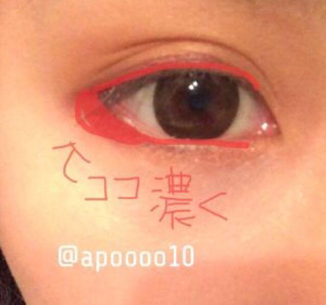 マジョマジョの赤のペンシルライナーで目を囲みます。