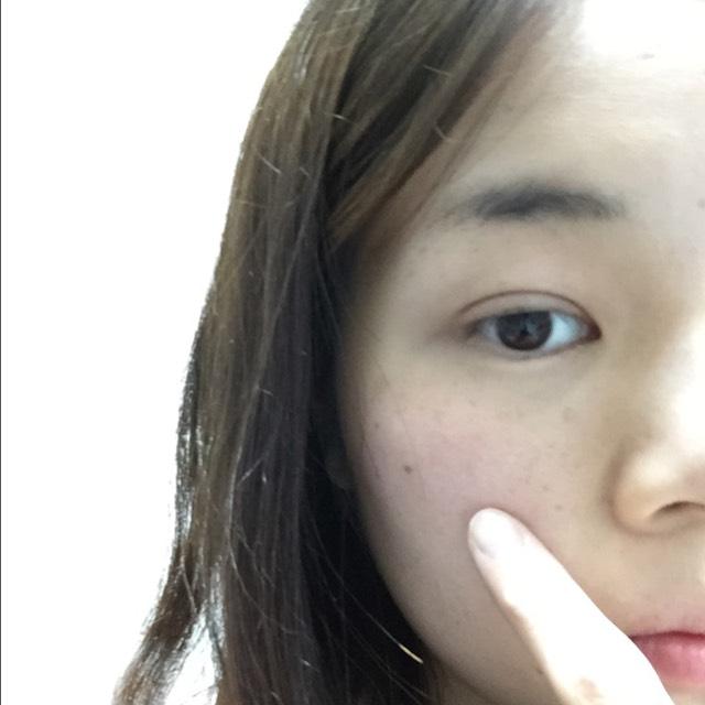 頬骨の辺りにチークを鼻側から耳の上の方に向かってのせます。 私は似合う色が青みがかったピンクなのでその色をつかいます。 一度似合う色を診断してみるといいと思います!