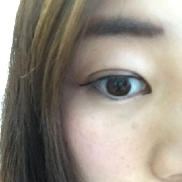 目尻を少し長めにまつ毛の間を埋めるようにラインを引きますー 下のラインは目尻から黒目の下の辺りまで引きます。 あとは隠し味で目頭にくの字をかきます!