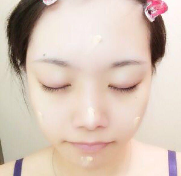 CCクリームを顔全体に塗る