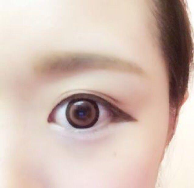 眉毛はパウダー→ペンシルの順で並行にする  アイシャドウは上まぶたをブラウン2色でグラデーションに、下まぶたはホワイトで涙袋を強調する  アイラインは写真のように目尻からはみ出し、くの字を描く