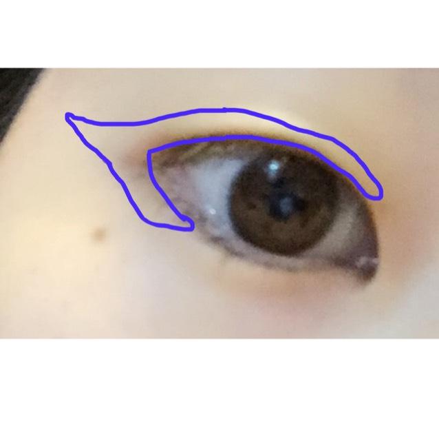 9番のアイシャドウの一番濃い色を画像のように、なるべく目の形を四角くするイメージで塗ります。