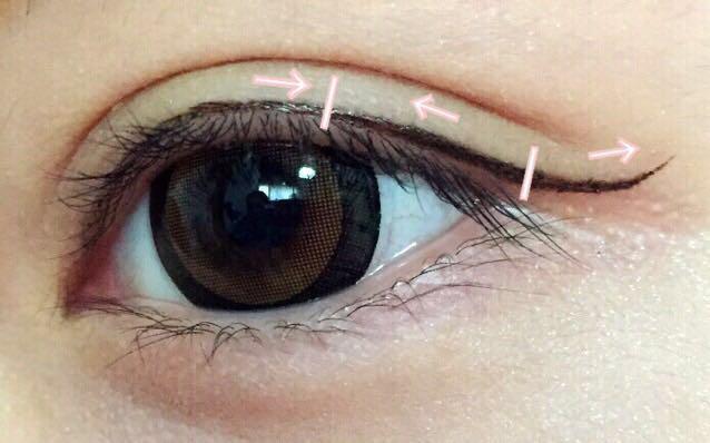 矢印の方向に 縦線がある部分くらいまで ライナーを引きます。  目頭から黒目上まで引いたら 次は目尻から黒目上まで 引くのがやりやすいです。  最後は少しはねあげます。