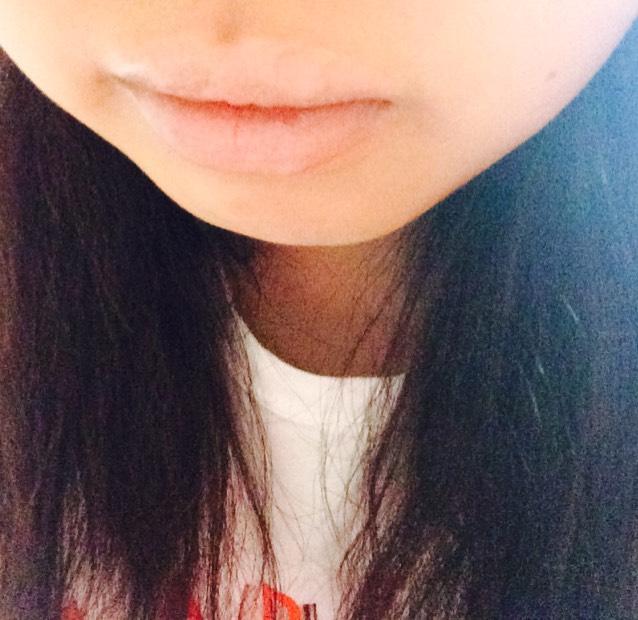まずコンシーラーで唇の色を消します