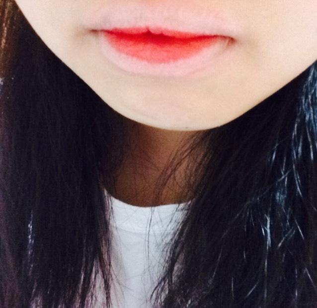 赤の口紅を真ん中だけに塗ります