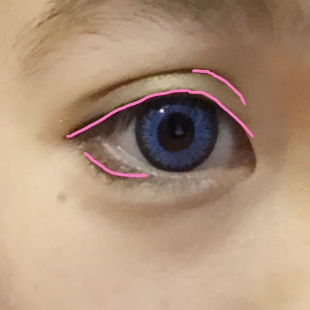 アイラインはピンクの線のように引いています。上下の目尻のラインはくっつけません。 同じアイライナーで二重のラインを目頭4分の1程度なぞります。