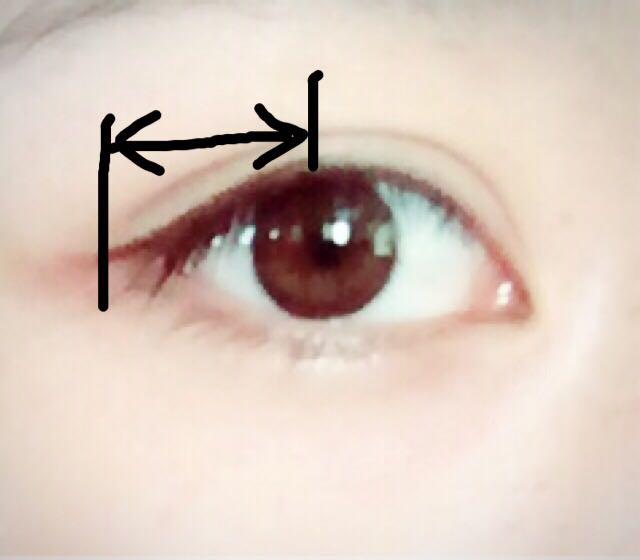 ナチュラルが課題なので、アイラインを黒目の真ん中から目尻から少し伸ばすくらいの気持ちで引く。