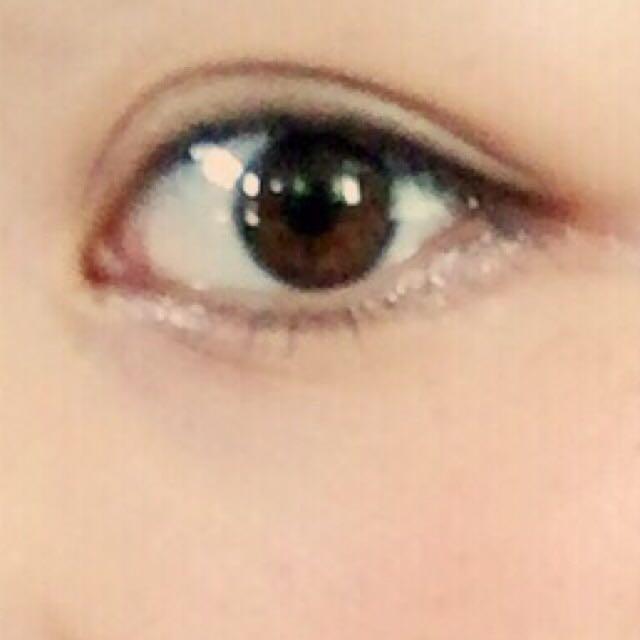 目の下全体に白いラメ入りのシャドウをつけてハイライト効果をだす。 黒目の下の粘膜のところに少しぬると目がもっと明るく見えます♪  ここで、ビューラーとマスカラ。