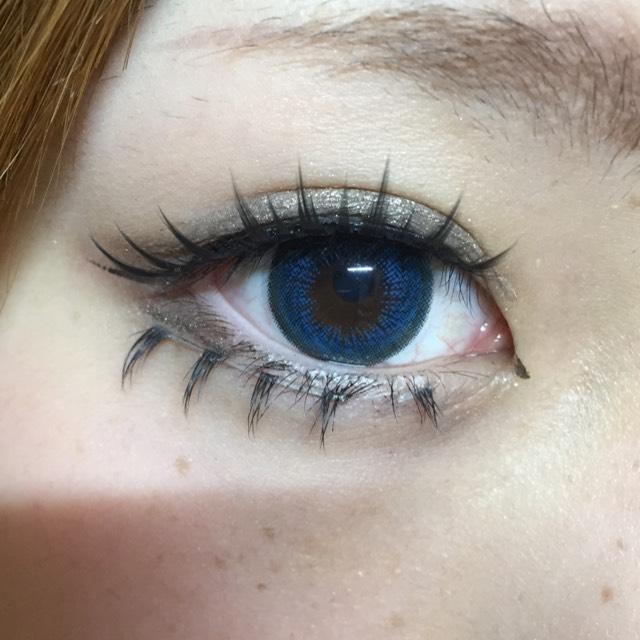 目頭切開を引き、二重幅を広げます! アリスを意識するのでアイシャドウは黒に近い色を使いました!